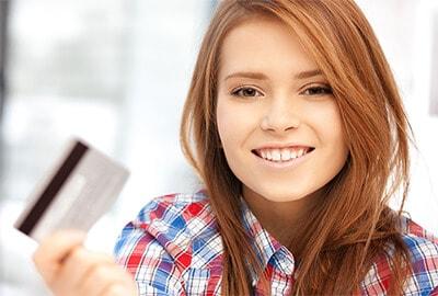 Frau mit Kundenkarte