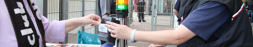 Zutrittskontrolle mit Plastikkarten und Ausweisen im Ticketing
